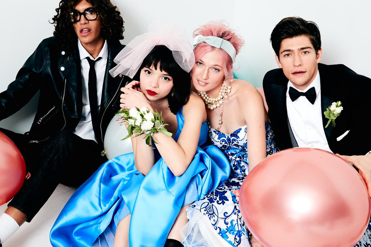 f72daeefaef48 Do you want to have a fairy tale moment? Link up a blue prom dress with a  headband, and you'll definitely take home the crown.